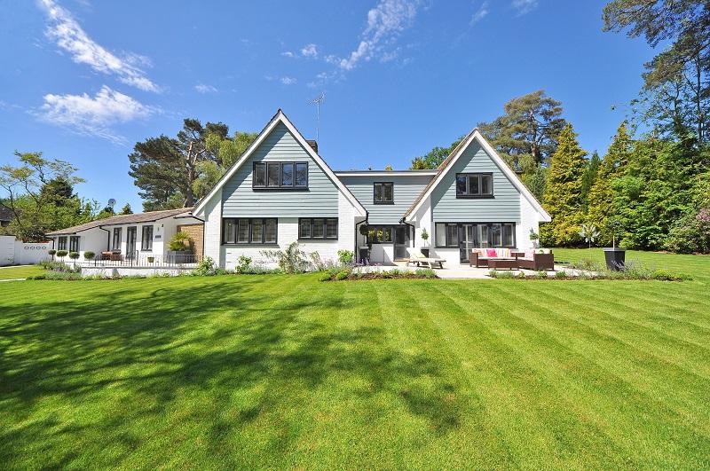 Urejanje okolice hiše zajema tudi košnjo trave
